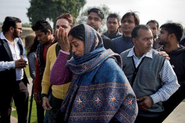 Bussiraiskauksessa syksyllä 2012 kuolleen nuoren naisen äiti pyyhki kyyneleitään Mahatma Gandhin muistomerkillä tyttärensä kuoleman vuosipäivänä viime viikolla.