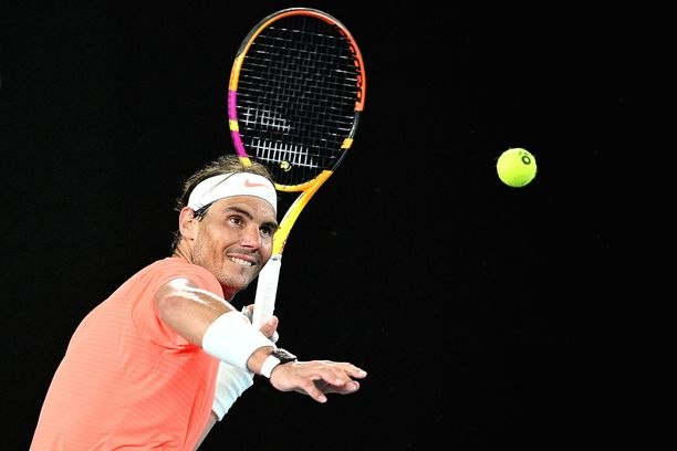 Rafael Nadal eteni jatkoon vakuuttavasti häiriötekijöistä huolimatta.