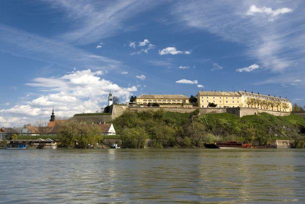 Novi Sadin tärkeimpiä nähtävyyksiä on Tonavan rannalla kohoava Petrovaradinin linnake.