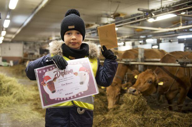 Lehmien jouluvalojen sytyttäjäksi valikoituneelle 6-vuotiaalle Oiva Nenoselle annettiin diplomi ja 100 euron lahjakortti Ahlmanin tilapuotiin.