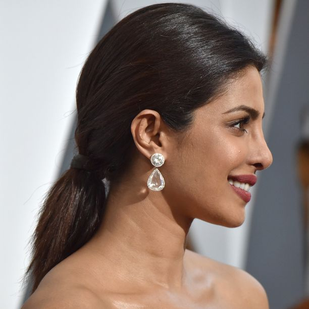 Priyankan niskaan koottu ponnari näyttää elegantilta, kun hiukset peittävät kiinnityskohdan.