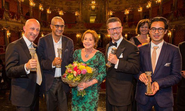 Oliver Hirschbiegel, Abderrahmane Sissako, Elisabeth Wicki-Endriss, Klaus Härö, Ilse Aigner ja Burhan Qurbani Bernard Wicki -gaalassa 2.7.2015 Cuvilliés-teatterissa Münchenissä.