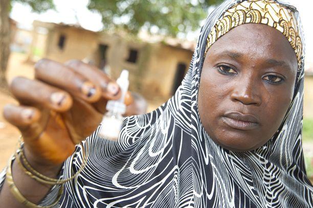 Vapaaehtoistyöntekijä valmisteli poliorokotetta Birniyeron kylässä Nigeriassa 2014.