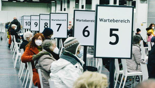Ihmiset jonottavat rokotuskeskuksessa Kölnissä.