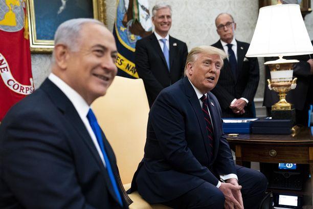 USA:n presidentti Donald Trump myhäili Israelin pääministeri Benjamin Netanjahun (vas.) rinnalla Valkoisessa talossa.