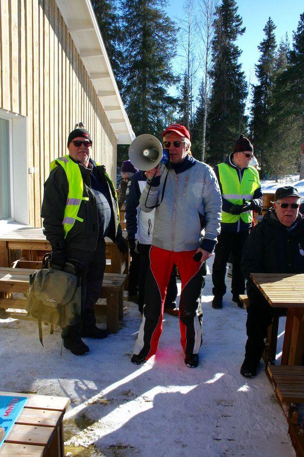 Pirkka-Pekka Petelius isännöi Punakettu-ravintolan avajaisia.