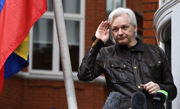 Julian Assange kuvattuna Ecuadorin suurlähetystön parvekkeella Lontoossa toukokuussa 2017.