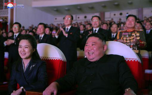 Iloisten juhlien karmea päätös: Kim Jong-un teloitutti kuoronjohtajan yleisön edessä 90 laukauksella