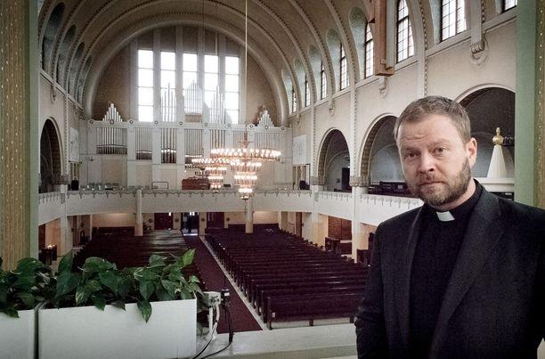 Kirkkoherra Teemu Laajasalo Kallion Kirkossa Helsingissä 8. huhtikuuta 2017.