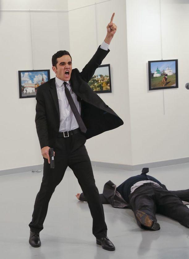 Turkkilainen Mevlut Mert Altintas ampui Venäjän suurlähettilään taidenäyttelyn avajaisissa Ankarassa.