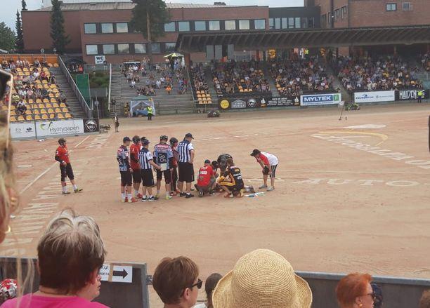 Pelaajat kerääntyivät pallon päähänsä saaneen Iiro Haimin ympärille.