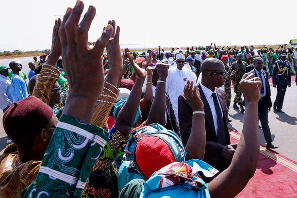 Nigerian presidentti saapui viikonloppuna Gambiaan kriisikeskusteluihin maan presidentin kanssa.