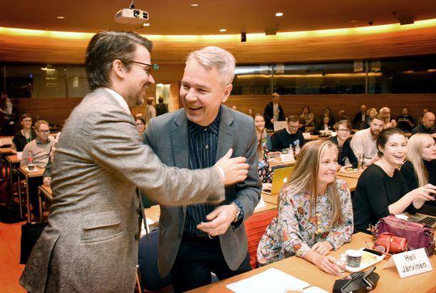 Ville Niinistö ja Pekka Haavisto halasivat kokouksen alussa.