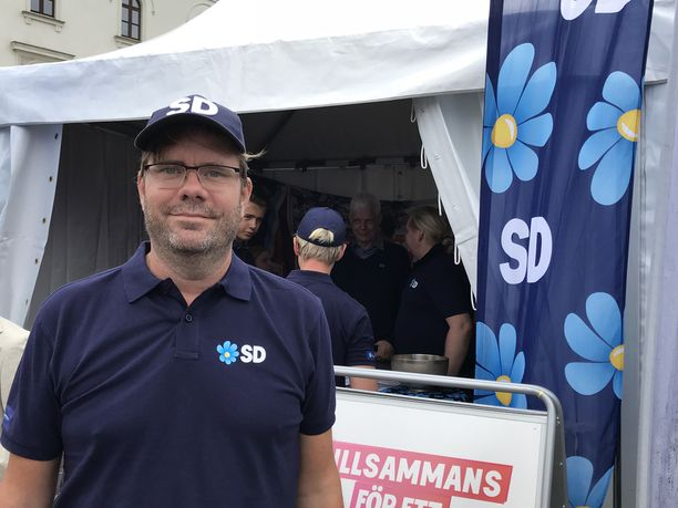 """Ruotsidemokraatit haluaisivat lisää järjestyksenvalvojia Göteborgiin. """"Emme voi odottaa niin kauan, että lisää poliiseja ehditään kouluttaa"""", Jörgen Fogelklou sanoo."""