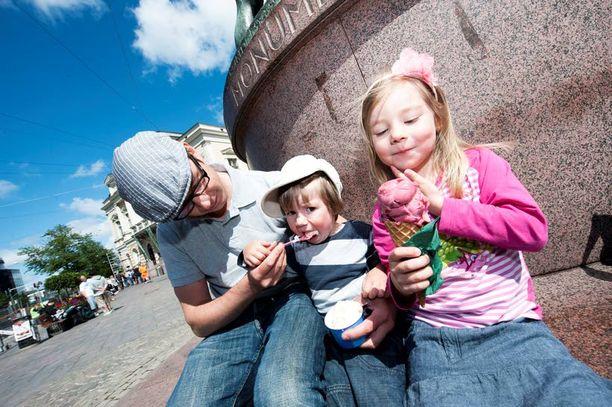 Saara Pynttäri, 4, nauttii jäätelöstä pikkuveljensä Eeron, 2, ja isänsä Veli-Matin kanssa. Saaran mielestä paras jäätelömaku on mansikka.