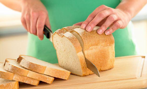 """Keittiömestarin konstilla saat leivästä huomattavasti kuvaa kapeampia """"slaisseja""""."""