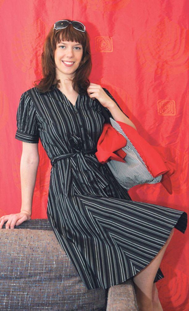 MEKKOJA Paitamallisia tai kietaistavia leninkejä on tänä kesänä paljon. Yhteistä niille on vyötärölinjan korostuminen. Mustavalkoraidallinen mekko on Seppälästä, samoin takki ja kassi. Aurinkolasit Safilo Glamour.