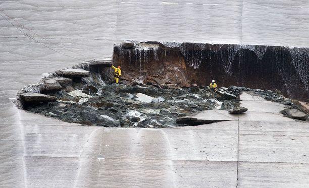 Työmiehet tutkivat Orovillen padon murtumaa viime viikolla.