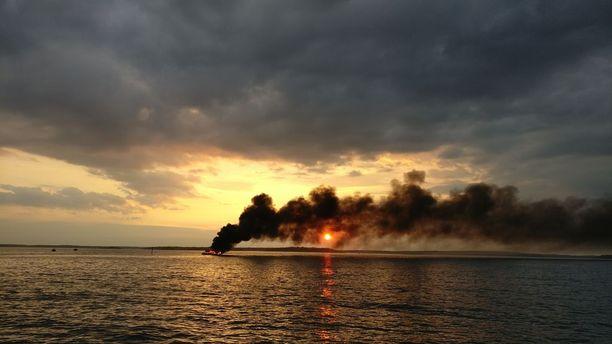 Vene kuvattiin ilmiliekeissä Espoon saaristossa.