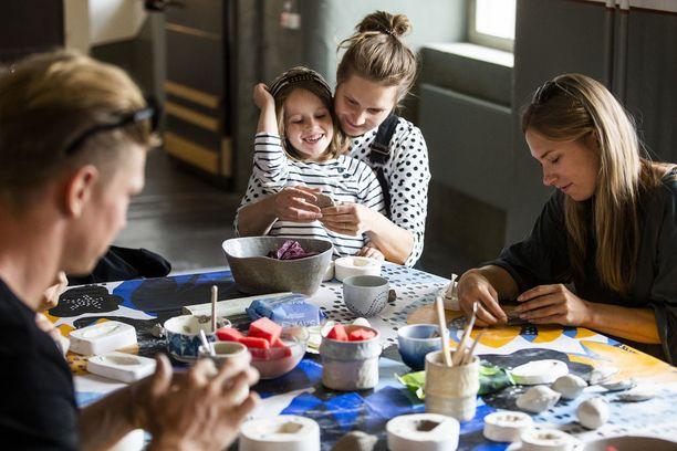 Finlayson Art Areassa on tänä vuonna ollut oheisohjelmaa vieläkin enemmän kuin aikaisemmin. Ilmari ja Eeva Mäkelä (keskellä) tekivät lauantaina Puuvillasalissa yhdessä Ruukkupuutarha-installaatiota. Muotoiluosuuskunta Pinkan yhteisöllinen keramiikkateos valmistuu sunnuntaiksi.