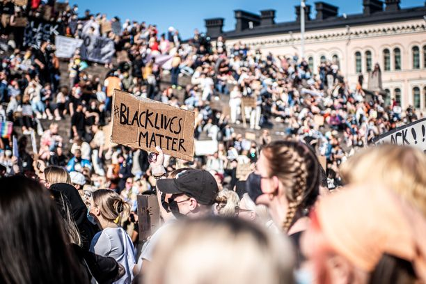 Tuhatpäinen yleisö toisteli kuorossa BLM-liikkeen iskulauseita.