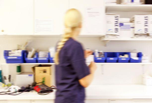 Terveysasemien työntekijät pelkäävät, että julkisten terveysasemien kuorma räjähtää syksyllä käsiin.