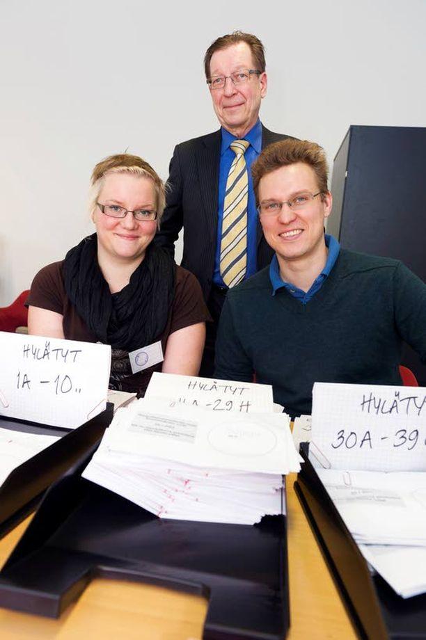 Vaalipiirilautakunnan ensimmäinen sihteeri Heikki Liljeroos sekä ääntenlaskijat Pauliina Turunen ja Viljami Nykänen joutuivat hylkäämään monta ääntä äänestäjän liian innokkuuden vuoksi.