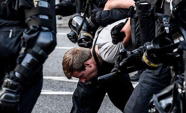 Poliisi on käyttänyt kovia otteita taltuttaakseen mellakointia.