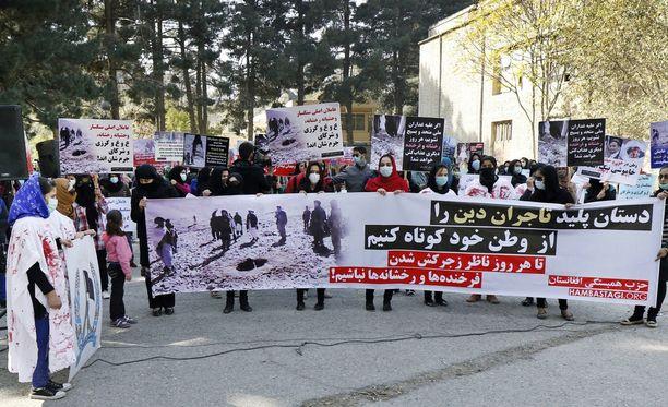 Ihmiset osoittivat mieltään naisen kivittämisen vuoksi Kabulissa myös syksyllä 2015.