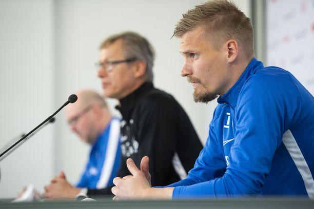 Vielä maaliskuussa Markku Kanerva (vas.) ja Juhani Ojala mahtuivat samaan lehdistötilaisuuteen.