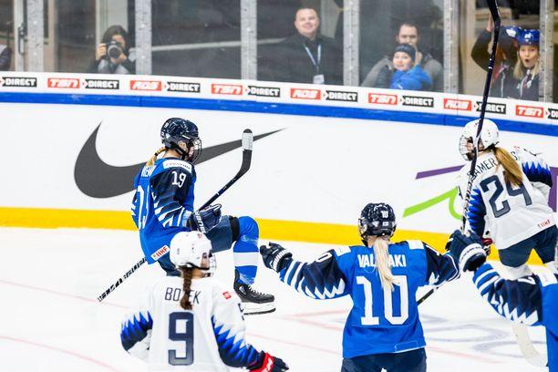 Petra Nieminen iski soolohyökkäyksen kruunuksi 2-1-johtomaalin.