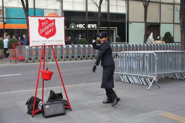 Manhattanilla pelastusarmeijan joulukerääjät tanssivat musiikin tahtiin tauotta.