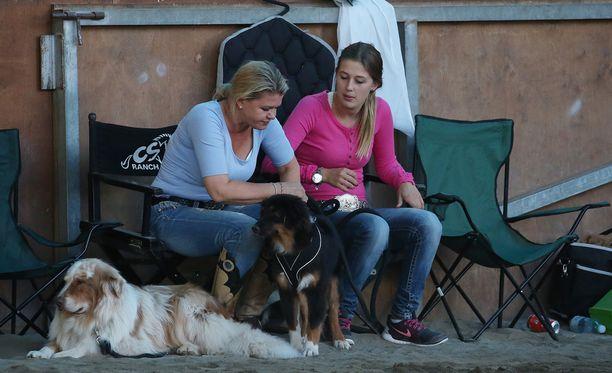 Corinna-äidin ja Ginan seurana oli hevosten lisäksi muitakin nelijalkaisia karvaystäviä.