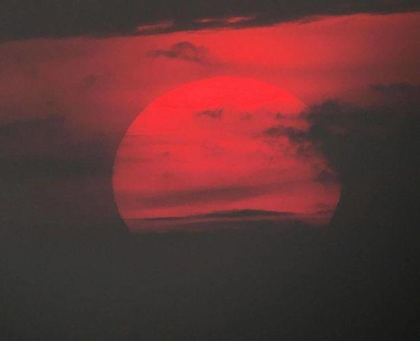 Keskiyön auringon tuntee jokainen. Tämä kuva on otettu heinäkuun loppupuolella päivän jo lyhentyessä kello 22.30 jälkeen Liminganlahdella.