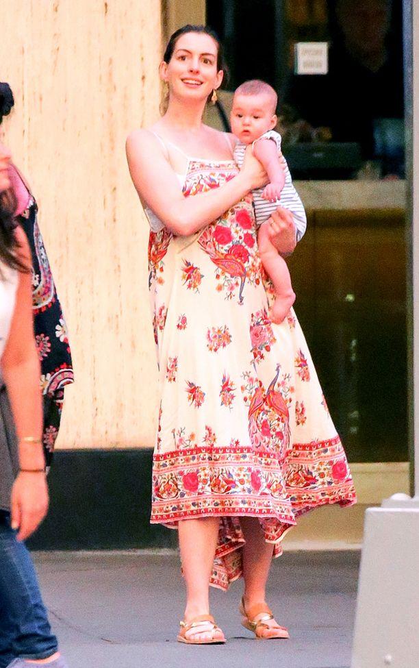 Anne Hathaway ei ole ottanut paineita raskauskilojen pudottamisesta.