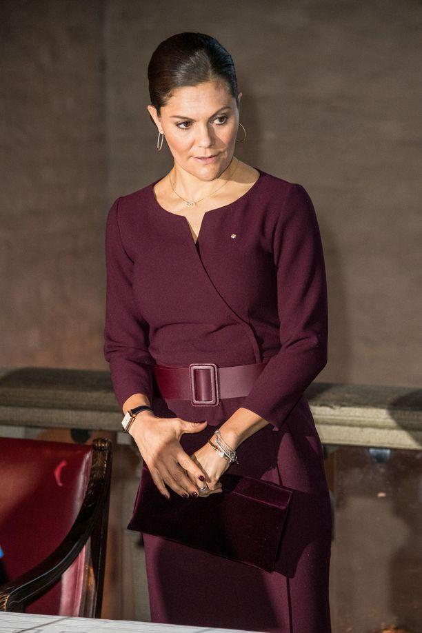 Victoria luottaa viimeisteltyyn tyyliin: kynsilakka ja laukkukin ovat samaa sävyä mekon kanssa.