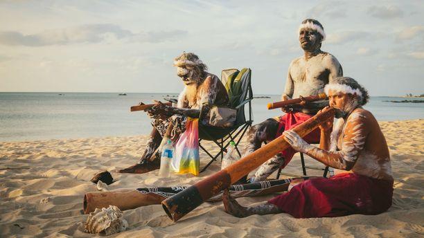 Taidehistorioitsija James Fox kulkee James Cookin jalanjäljissä ja tutustuu Oseanian alkuperäiskansojen historiaan.