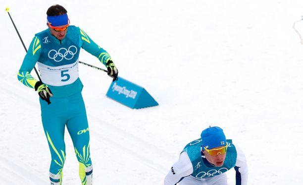 Aleksei Poltoranin oli ainoa, joka pysyi Iivo Niskasen vauhdissa, kun tämän veto alkoi noin 17 kilometrin hiihdon jälkeen.
