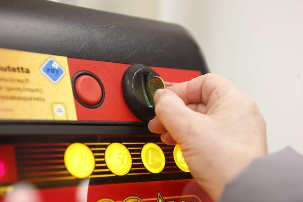 KKV:n mukaan Suomessa pelataan henkilöä kohden vuodessa noin 320 eurolla. Eniten rahaa käytetään raha-automaattipeleihin.