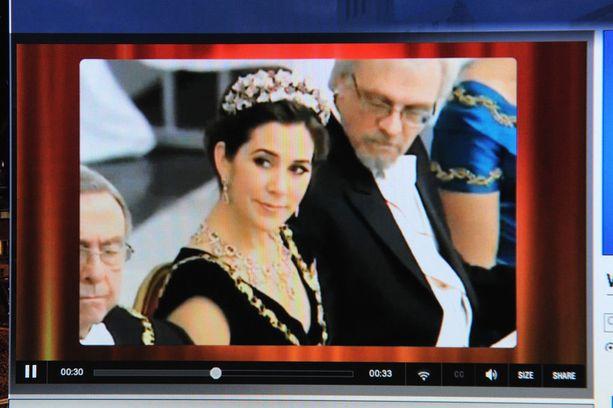 Tästä kuvakaappauksesta syntyi kohu. Professori Pentti Arajärven katse näyttää pysähtyneen kruununprinsessa Maryn kaula-aukkoon.
