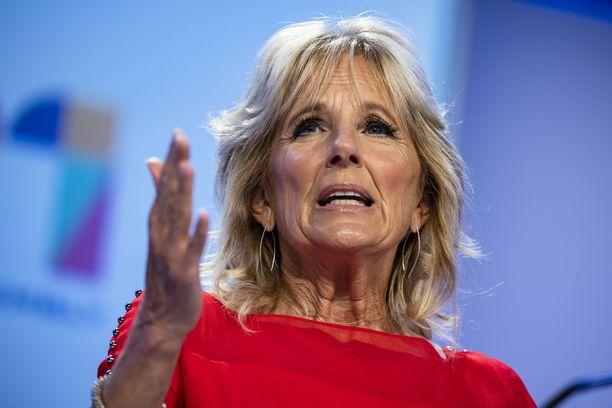 """Uutiskanavan juontajan mukaan Jill Biden """"petti Yhdysvallat"""" antaessaan miehensä pyrkiä presidentiksi."""