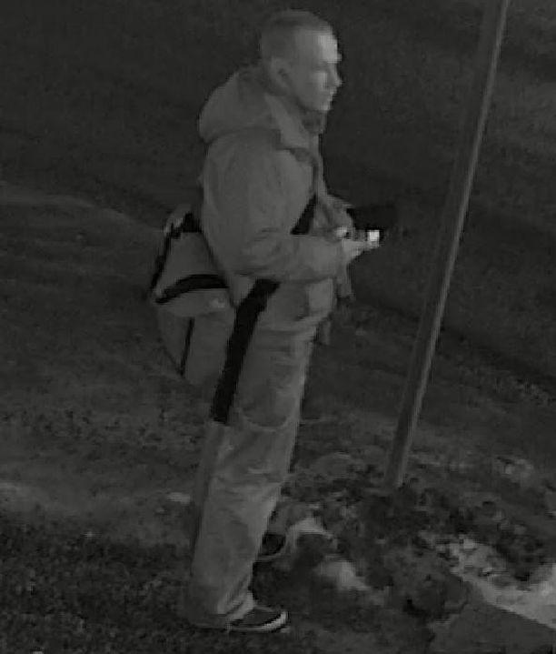 Poliisi pyytää vihjeitä kuvassa näkyvästä henkilöstä.