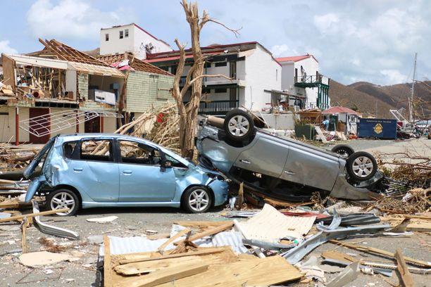 Myös joidenkin asukkaiden autot vaurioituivat pahasti myrskyssä.