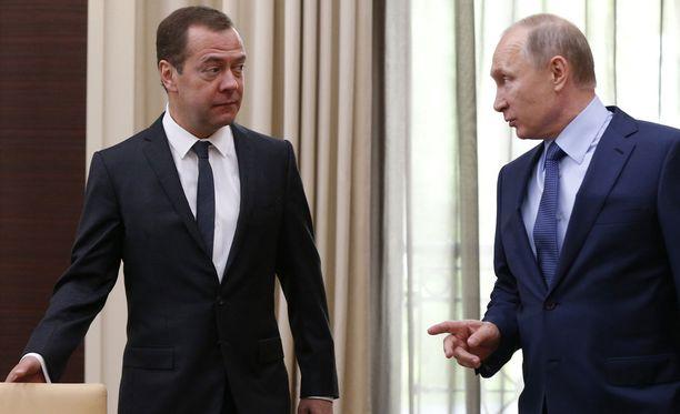 Pääministeri Medvedev presidentti Putinin kanssa heinäkuussa presidentin virka-asunnolla.