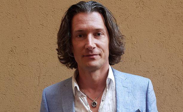 Tomi Metsäketo, 44, on tunnettu suomalaislaulaja. Hänen piti olla mukana Mamma Mia!-musikaalissa tänä keväänä.