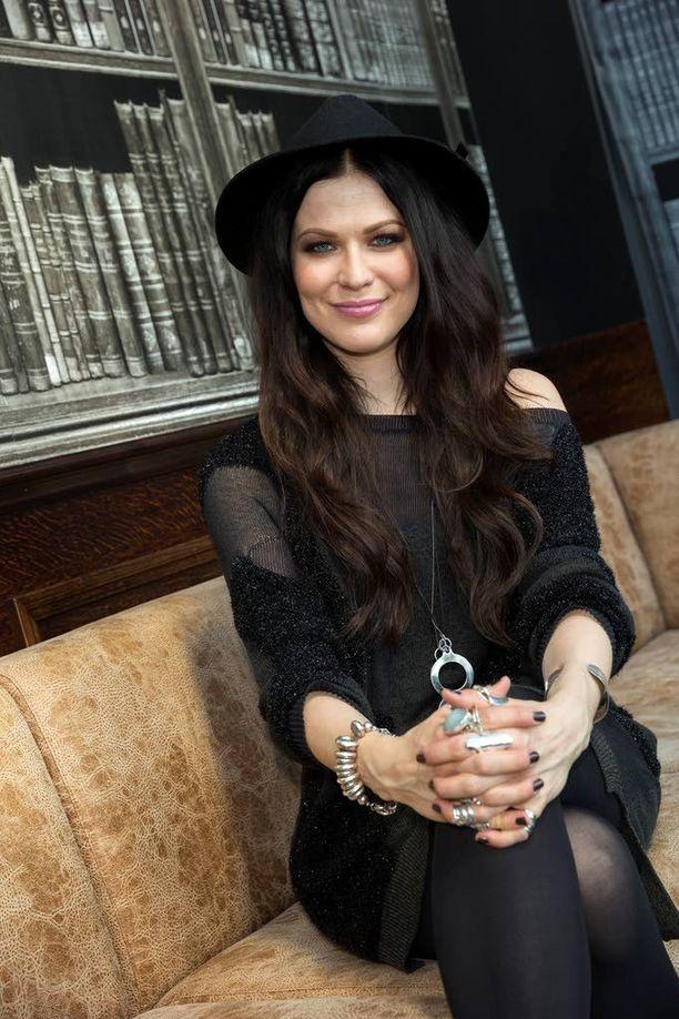 Jenni Vartiainen on julkaissut soolourallaan kolme albumia ja voittanut yhdeksän Emma-palkintoa. Hän on yksi Suomen myydyimmistä artisteista.