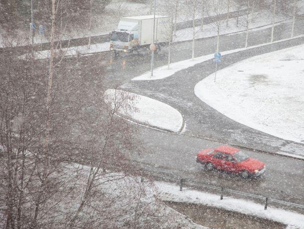 Etelään tulee heikkoja lumisateita iltaan mennessä.