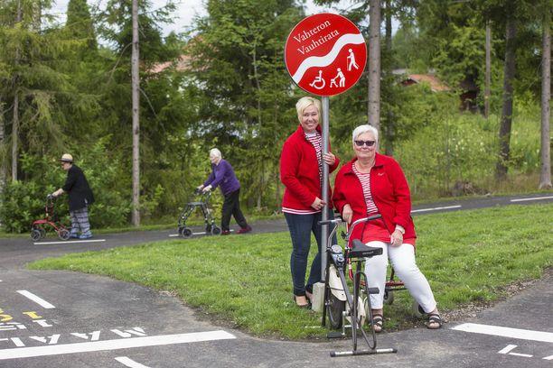 Esperin aluepäällikkö Tina Ansas ja hoivakoti Vahteron yksikönpäällikkö Anne Koivula toivottavat uteliaat ohikulkijatkin tervetulleiksi vauhtiradalle.