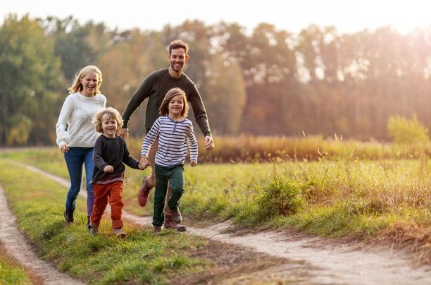 Onnellisen lapsen elämässä on ainakin yksi luotettava vanhempi.