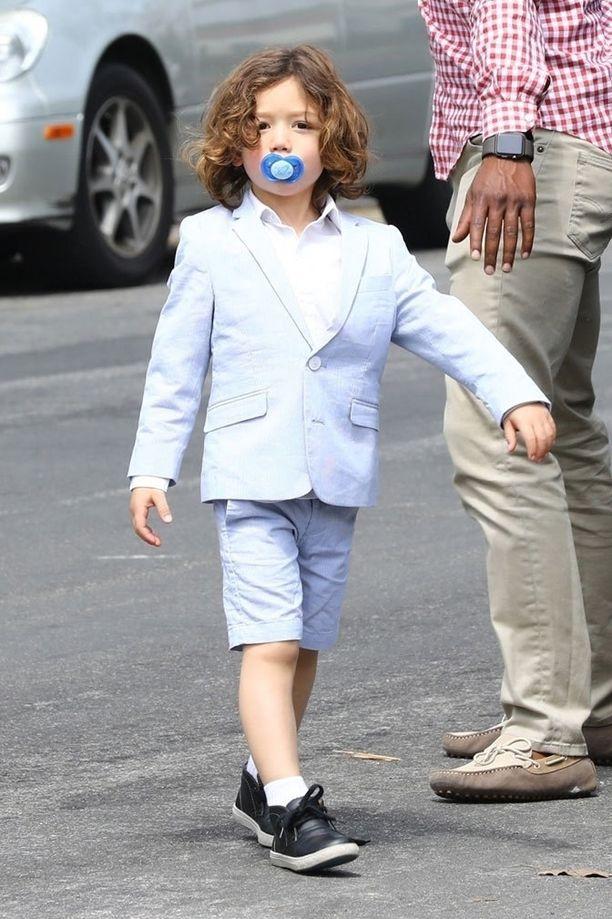 Neljävuotias Apollo edusti tyylikkäänä vaaleansinisessä puvussa, jossa oli sortsihousut. Suussa keikkui sininen tutti.